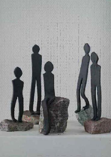 Figurer i sort ler på granitsten, stentøj. Højde 27cm, bredde 9cm. År 2015